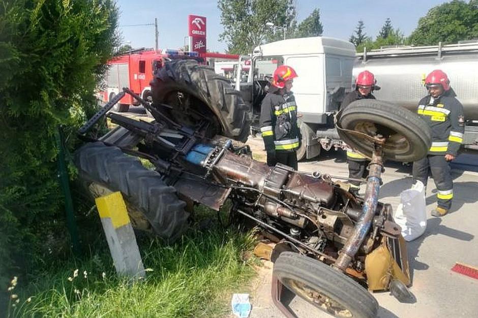 Do zderzenia ciągnika z cysterną mleka doszło na drodze 766 w Pińczowie, zdjęcia: KP PSP Pińczów