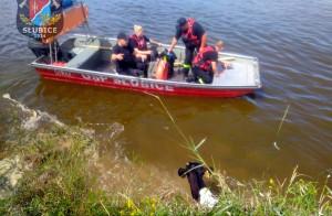 Strażacy musieli działać jednocześnie z lądu i z łodzi