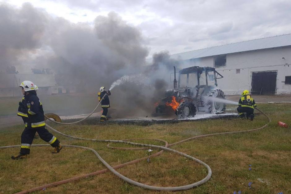 Ciągnik stanął dziś w ogniu na podwórzu gospodarstwa w Wielkopolsce Foto: OSP Buk