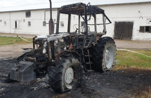 Ciągnik spłonął jednak doszczętnie