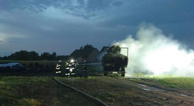 Pożar ciągnika rolniczego z przyczepą wyładowaną sianem