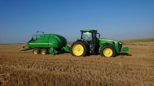 Nowe nabytki podczas pracy. Prasa ma rocznie na jednej farmie sprawować ok. 10 tys. kostek i tyle samo na drugiej, fot.T.Kuchta