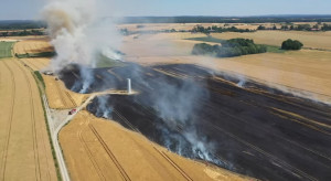 Rolnicy ratują zboża przed pożarem. Pługi i agregaty w akcji gaśniczej