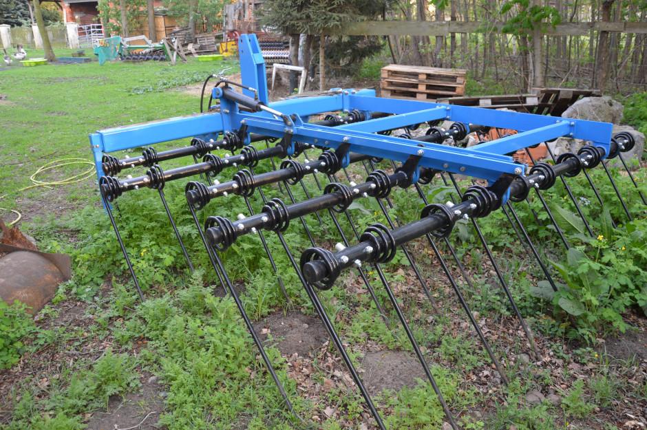 Ostatnim nabytkiem pana Tomasza do gospodarstwa jest zgrzebło do słomy o szerokości 3 m, które służy ono uprawy pożniwnej oraz – jeśli jest taka potrzeba – do wiosennej uprawy przedsiewnej.