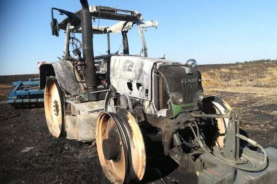 W pożarze zbóż pod Gostyniem spłonął również ciągnik wspomagający strażaków  Foto: OSP Śmigiel