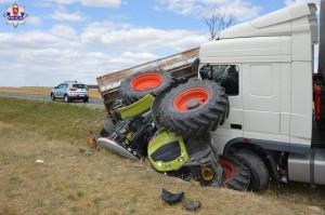 W wyniku zderzenia tir wywrócił i przygniótł traktor. Traktorzysta trafił do szpitala