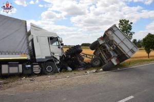 Kierowca tira wjechał na ciągnik rolniczy, który skręcał w lewo