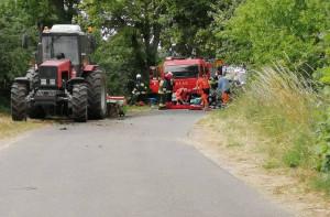 Ucierpiał kierowca fiata, któremu pomocy udzielili strażacy, fot. OSP Mieścisko