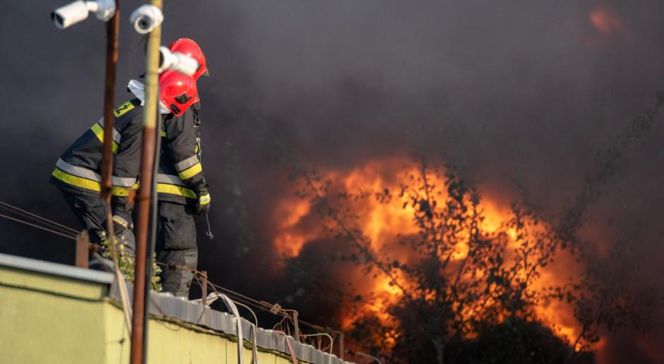 Pożar budynku gospodarczego w powiecie pińczowskim – spłonęły maszyny rolnicze