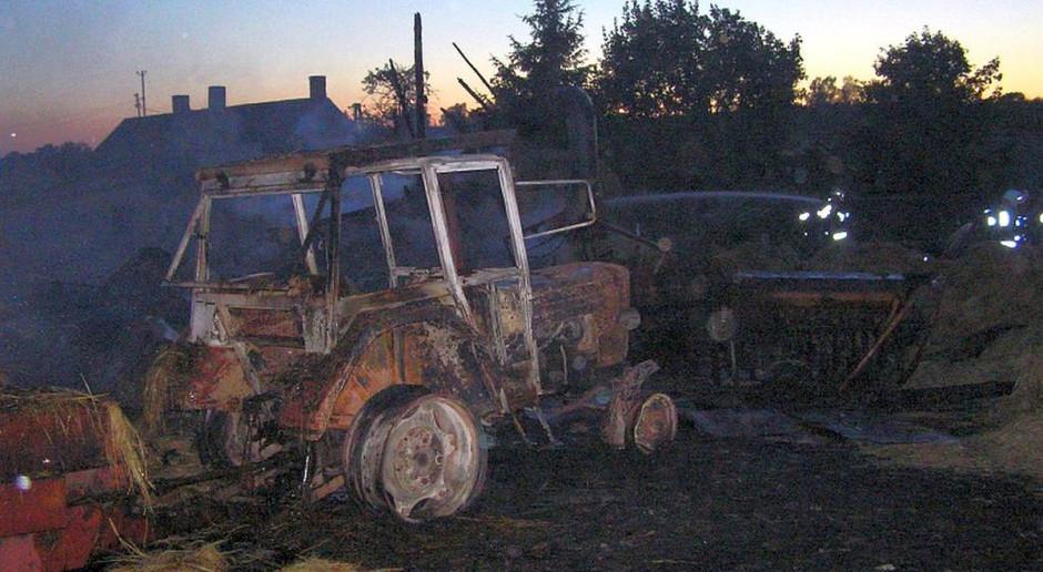 Spłonął garaż, stodoła, sprzęt rolniczy i traktor z przyczepą