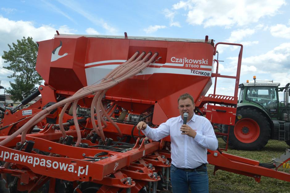 Maciej Czajkowski właściciel firmy Czajkowski Maszyny Sp. z o.o.podczas prezentacji siewnika do uprawy pasowej