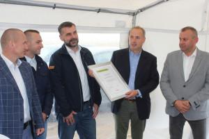 Mark Laird odbiera podziękowanie za okazane zaufanie od przedstawicieli firmy Claas i Agrimasz, fot.kh