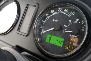 Na liczniku ciągnika znajdziemy m.in. analogowe wskaźniki prędkości obrotowej silnika i prędkości jazdy. Wyświetlacz wskazujący przepracowane godziny jest cyfrowy