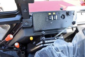 Większość funkcji ciągnika sterowana jest przy pomocy dźwigni i przycisków umiejscowionych na prawej konsoli