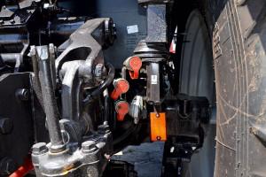 Ciągnik dysponuje 6 parami przyłączy hydraulicznych. Dwie pary znajdują się z tyłu, nieco zbyt blisko ramion TUZ-u. Niżej widoczne gniazdo pneumatyczne