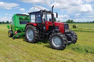 Model Belarus 1221.2 utrzymany jest w dość konserwatywnej stylistyce i przypomina starsze ciągniki białoruskiego producenta