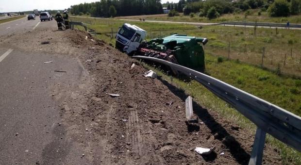Z autostrady wypadł tir wiozący na naczepie kombajn
