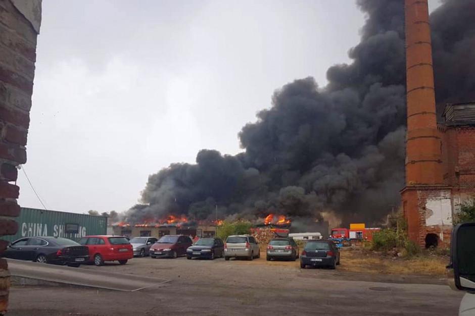 Ogień zagrażał sąsiednim budynkom, w tym domom wielorodzinnym, zdjęcia: OSP Wągrowiec