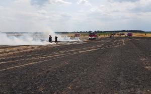Kilka zastępów strażaków gasiło również pożar słomy i ścierniska w Komornikach w miniony piątek, Foto: OSP Komorniki
