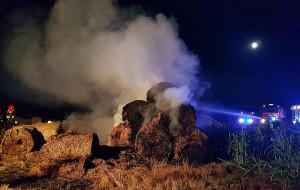 w gminie Moszczenica spłonęło 120 bel słomy składowanych na polu, Foto: OSP Wolbórz