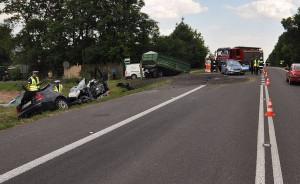 Rozpędzony samochód wjechał w przyczepę doczepioną do ciągnika, Foto: Policja