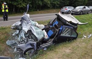Po zderzeniu z przyczepą z volkswagena niewiele zostało, Foto: Policja