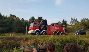 Kombajn trzeba było wyciągać z rowu przy użyciu specjalistycznego dźwigu ściągniętego z Tarnowa