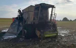 Maszyna paliła się tuz obok zabudowań, gdzie stał zbiornik z olejem napędowym, fot. PSP Chełmno