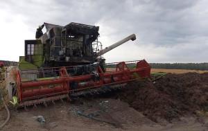 Na szczęście kombajnista zdążył zjechać z pola i zapłonęło zboże, fot. OSP Runowo