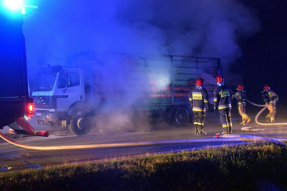 Na czas akcji gaśniczej i usuwania skutków pożaru droga była zablokowana, zdjęcia: OSP Trzcinica