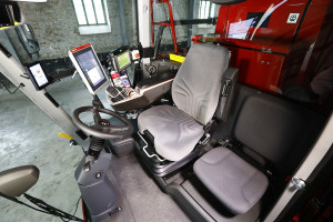 Wnętrze kabiny nowych opryskiwaczy zostało przeprojektowano; zastosowano w nim m.in. nowy podłokietnik ErgoControl, fot. materiały prasowe