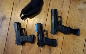 Wśród zabezpieczonych do sprawy przedmiotów znalazła się również broń podejrzanych