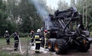 Strażacy z powiatu sokólskiego na Podlasiu gasili pożar dwóch maszyn leśnych, fot. OSP Krynki