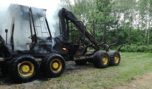 W ogniu stanął m.in. forvarder do załadunku i transportu drewna, fot. OSP Krynki