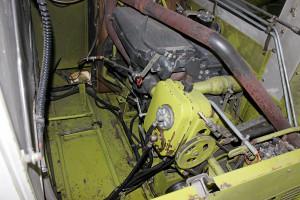 Mimo nietypowego umieszczenia silnika za kabiną producent zadbał o bezpieczny i wygodny dostęp do jednostki napędowej