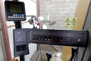 Część funkcji kombajnu obsługiwana jest z poziomu panelu położonego po prawej stronie fotela kierowcy. Kombajny były również wyposażane w monitor wyświetlający parametry pracy i ewentualne błędy