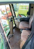 Kabina John Deere'a oferuje wysoki komfort pracy. Większość elementów kontrolnych i sterowania – podobnie jak we współczesnych maszynach – umieszczono w prawym słupku kabiny