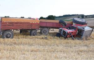 Traktor wywrócił sie na bok, a kierujący został uwięziony w kabinie