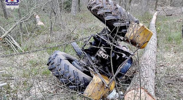 Mężczyzna przygnieciony w lesie przez ciągnik