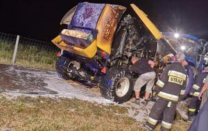 Strażacy z Lubochni gasili m.in. prasę na polu w miejscowości Małecz, fot. OSP Lubochnia