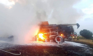 Kombajn prawie doszczętnie spłonął, zdjęcia: OSP Udanin