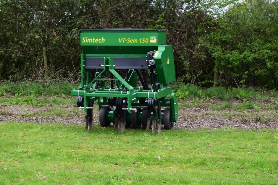 Do siewu użyto maszyny Sim-tech VT-sem o szerokości 1,5 m. Jest to siewnik, który może pracować w systemie bezorkowym.