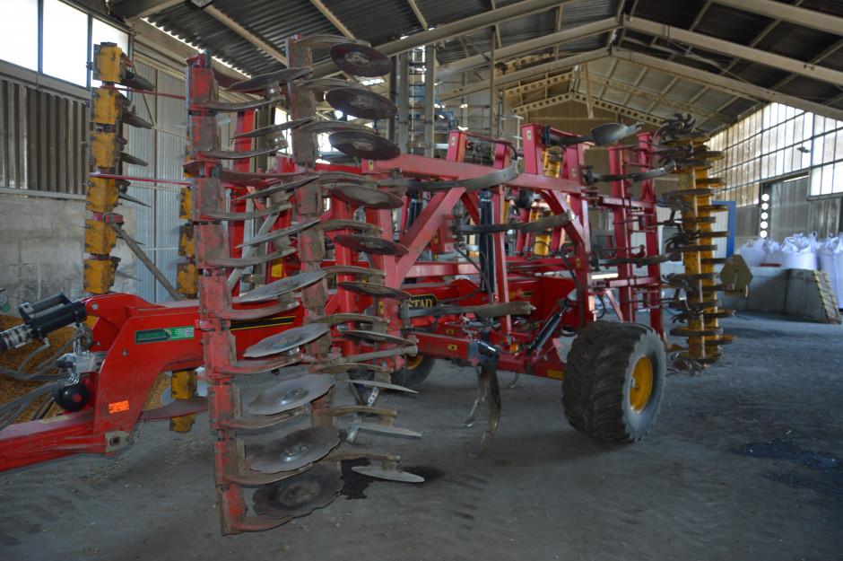 Główną maszyną uprawową jest kultywator Vaderstad Top Down 500, który w sezonie przepracowuje ok. 6000 ha.