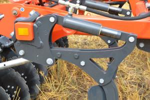 Korpusy maszyny wykonano z wysokoelastycznej stali hardox, dzięki czemu w przypadku uderzenia w przeszkodę mogą one wychylać się na boki w zakresie 15 cm