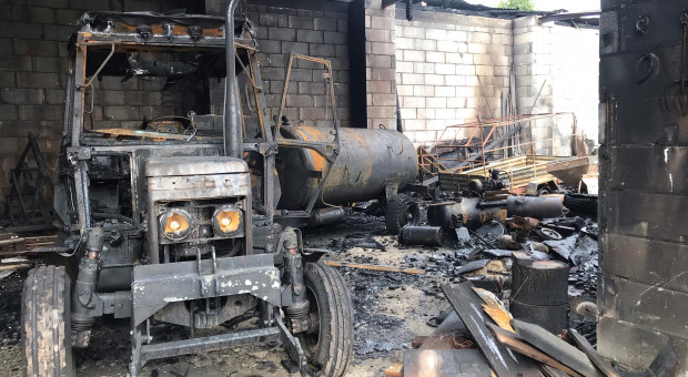 W pożarze na Lubelszczyźnie spłonął m.in. budynek gospodarczy i 2 ciągniki rolnicze