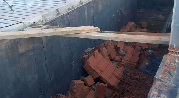 Mur runął na robotnika przy budowie obory