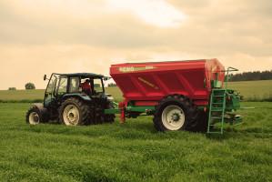 Agro-Masz Rewo 8200 to przykład prostej maszyny z napędem mechanicznym, w niewygórowanej cenie