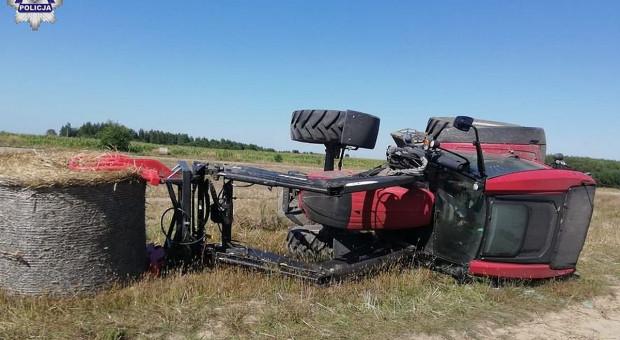 Przewrócił się ciągnik z belą słomy, ranny kierowca