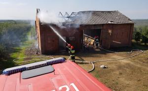 W ogniu ucierpiał głównie więźba i pokrycie dachu, oraz składowany wewnątrz płody rolne, Foto: KP PSP Sandomierz