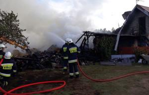Budynek inwentarski i stodoła ucierpiały z kolei w pożarze gospodarstwa w Dźwierzutach, w woj. warmińsko-mazurskim, Foto: KP PSP Szczytno